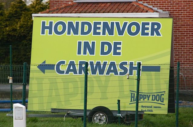 Hondenvoer in carwash