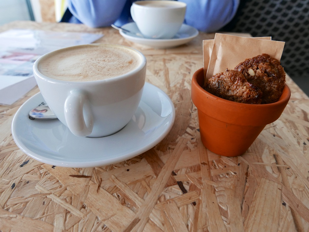 3180: Koffie Met Bloempot