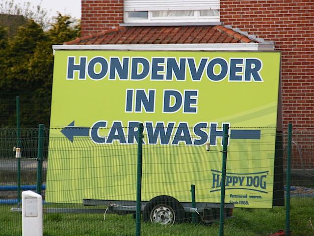 Hondenvoer in carwash